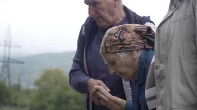 90-летнюю жительницу Степанакерта привезли в Горис через 10 дней после начала боевых действий