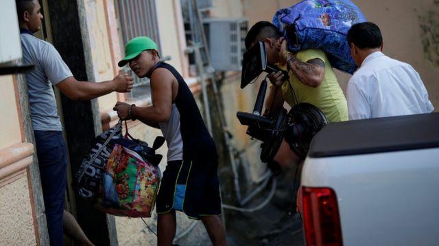 Detentos chegam em cadeia pública em Manaus