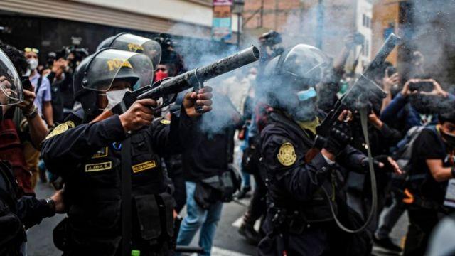 Policías en Perú disparando gases lacrimógenos en contra de los manifestantes.
