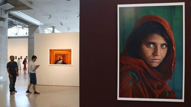 La foto de Gula expuesta en una galería