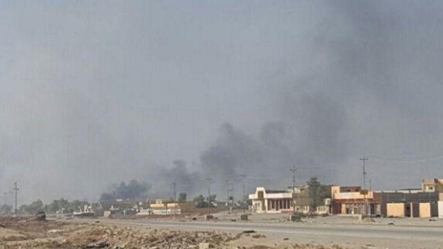 モスル・カラマ地区で黒煙が上った。イラク軍は、すでにカラマ地区で戦闘が始まったというのは誤報だと否定した(31日)