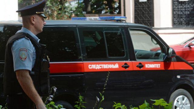 Автомобиль СКР у здания, где проводятся обыски