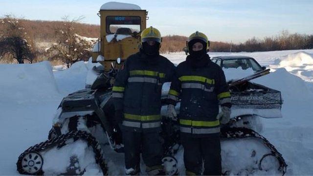 Dvojica vatrogasaca koji su priskočili u pomoć zaglavljenom putaru.