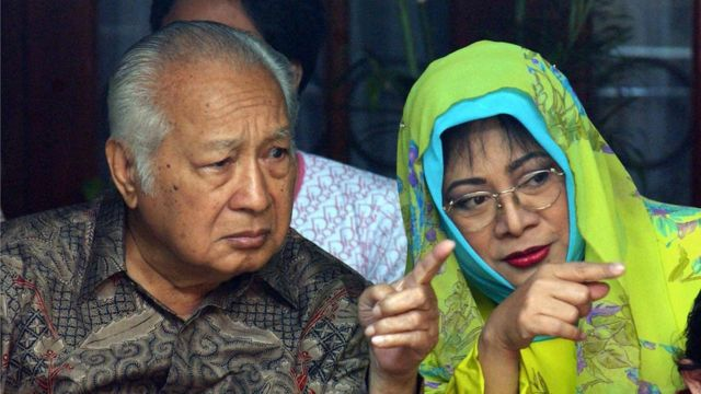 Suharto (L) talks to his daughter Siti Hardiyanti Rukmana 'Tutut',