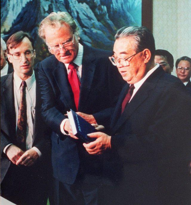 1992년 4월 평양을 방문한 빌리 그레이엄 목사. 김일성 주석에게 성경을 선물했다