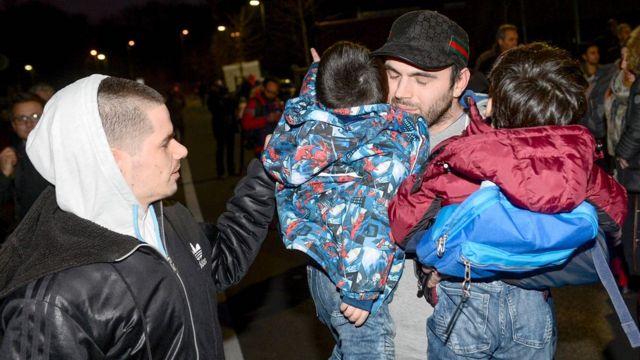 子どもを連れて避難する地元住民(15日)