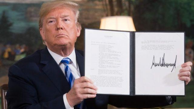 Donald Trump muestra la reactivación de sanciones firmada