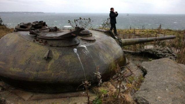ميدفيدف على دبابة
