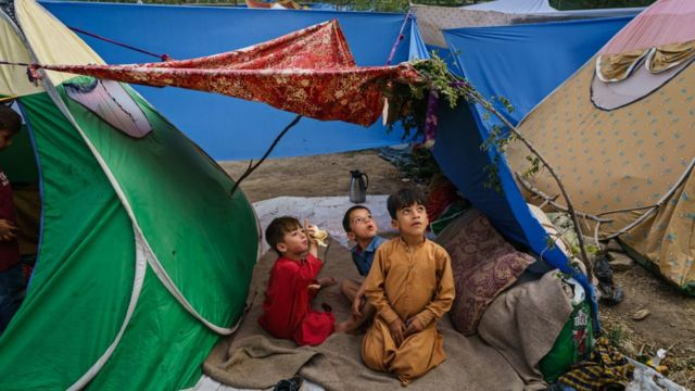 Crianças em acampamento nos arredores de Cabul