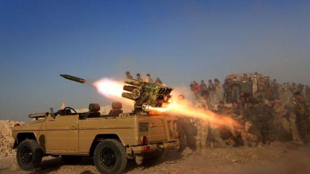 बाशिक़ा शहर के एक नज़दीकी गांव से शहर पर रॉकेट से हमला करते कुर्द पेशमुर्ग लड़ाके