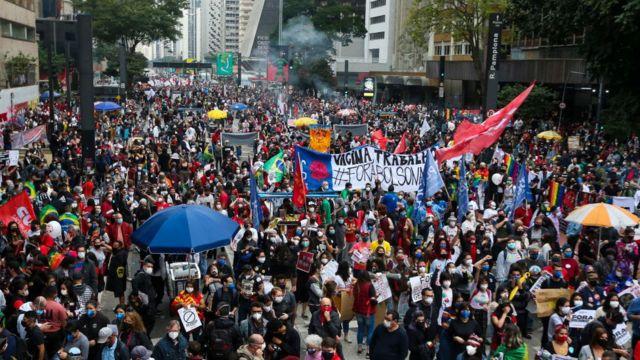 La calle en Brasil contra Bolsonaro con medio millón de muertos