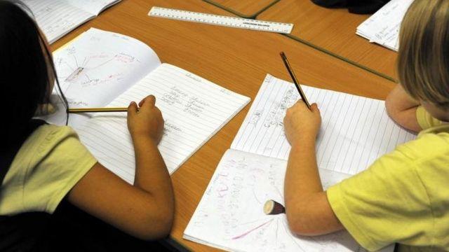 Crianças escrevendo, em foto de arquivo