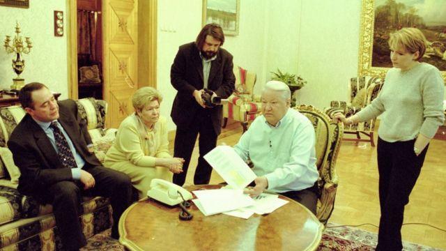 Виталий Манский (в центре) на съемках фильма в доме Ельцина