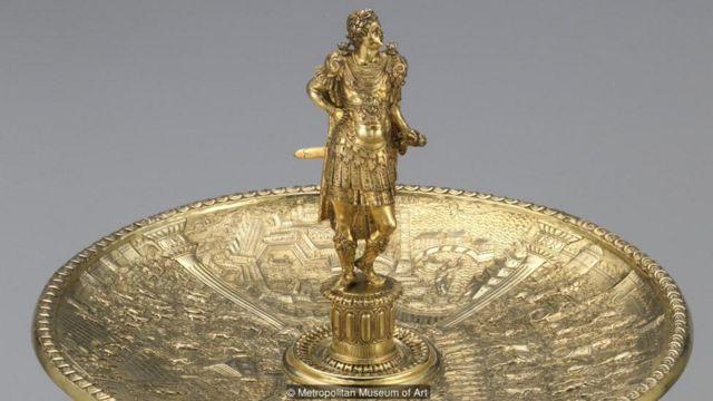 這套12隻高腳銀盤工藝精細,這是其中的克勞狄皇帝銀盤(Claudius Tazza),製作於1588年左右