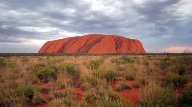 หินยักษ์อูลูรูเป็นสถานที่ศักดิ์สิทธิ์ของชนเผ่าอานางู ในดินแดนนอร์เทิร์นเทร์ริทอรีของออสเตรเลีย