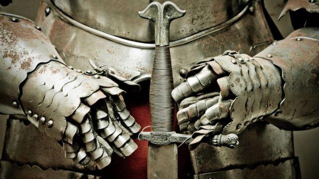 Руки в доспехах и меч