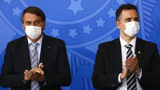 Bolsonaro ao lado de Pacheco em cerimônia no Planalto para sanção dos projetos de lei que ampliam a aquisição de vacinas pelo Governo Federal