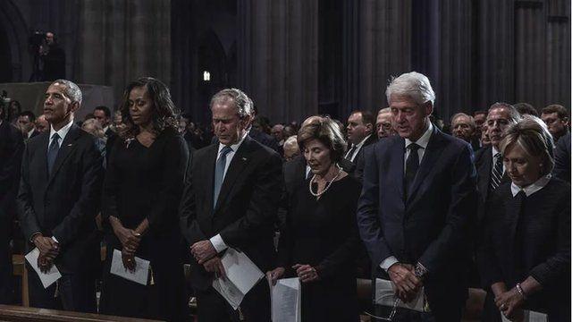 بیل کلینتون، جورج بوش پسر و باراک اوباما، سه رئیسجمهور سابق آمریکا و همسران آنها در ردیف اول مراسم یادبود جان مککین بودند ولی دونالد ترامپ، رئیسجمهور کنونی، دعوت نشده بود. آقای ترامپ در جریان انتخابات علیه ربع قرن دوره ریاست این سه نفر حرف میزد و بارها از آنها انتقاد کرد.