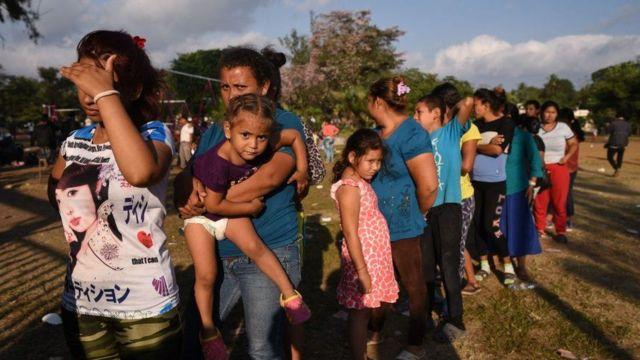 گروه بزرگی از پناهجویان هندوراسی با پای پیاده در حال عبور از ایالت واهاکا در جنوب مکزیک هستند