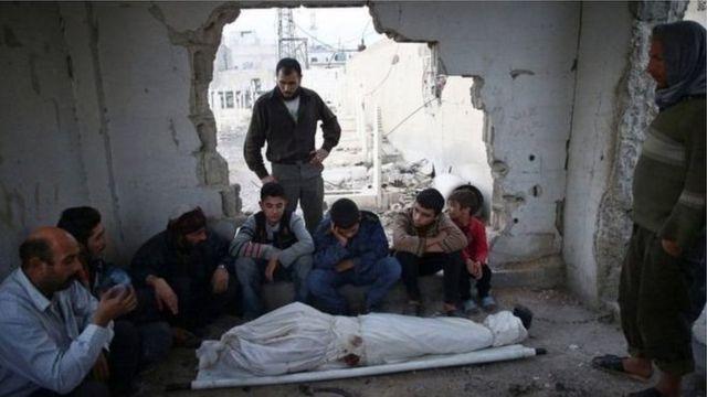 أقارب وافراد عائلة أحد ضحايا القصف