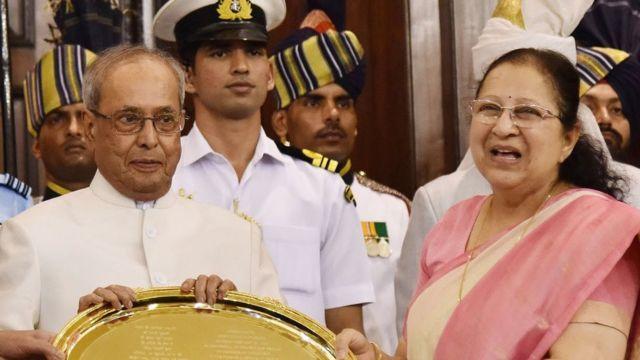 सुमित्रा महाजन के साथ प्रणब मुखर्जी