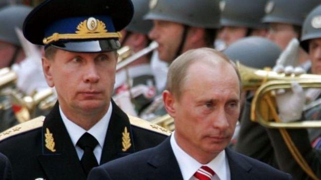 Viktor Zolotov (trái) và Putin tại văn phòng Thị trưởng thành phố St. Petersburg vào những năm 1990
