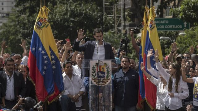 """Juramentación de Juan Guaidó como """"presidente encargado"""" de Venezuela en Caracas"""