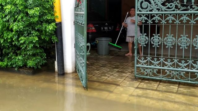 Banjir di kediaman Marsudi di Pondok Jaya, Mampang Prapatan, Jakarta Selatan, Selasa (25/02).
