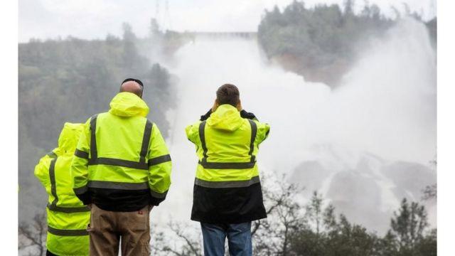 خبراء يراقبون تدفق مياه الأمطار في سد أوروفيل بولاية كاليفورنيا الأمريكية