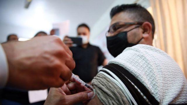عاملون صحيون يتلقون لقاح فيروس كورونا خلال حملة تطعيم في بغداد، العراق