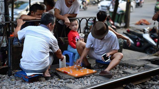 Cuộc sống của người dân diễn ra sát ngay đường tàu.