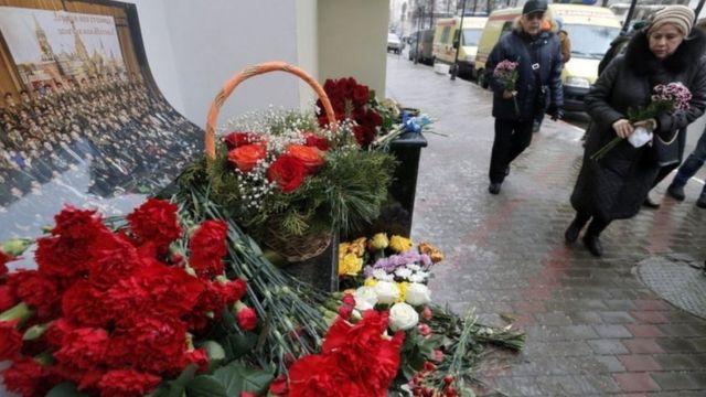 وضع بعض سكان موسكو أكاليل الزهور في العاصمة ترحما على أرواح أعضاء الفرقة الموسيقةالعسكرية الشهيرة