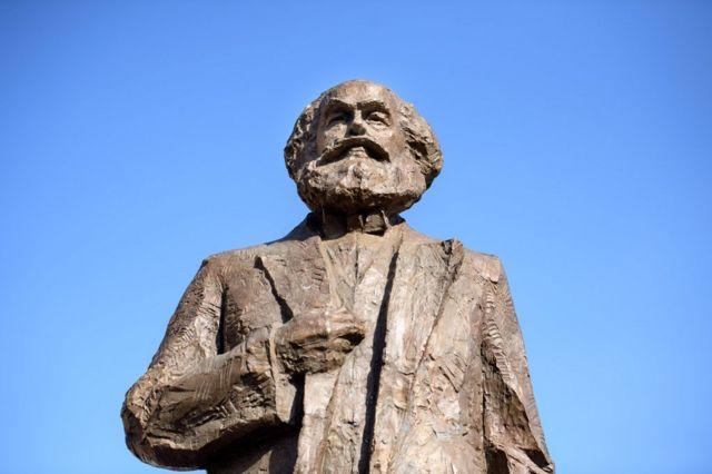 特里尔派了一名代表去中国,希望说服艺术家缩小雕像尺寸。他们建议雕像含基座高5.5米 (起初,雕像高达6.4米),正好与马克思的生日1818年5月5日相对应。