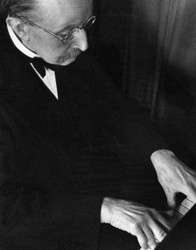 Planck tocando el piano