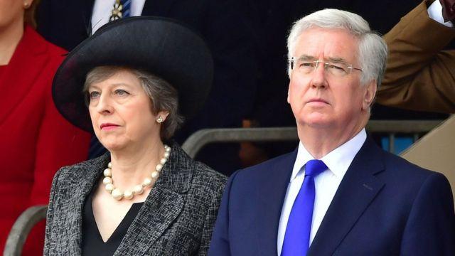 Thủ tướng Anh Theresa May (trái) và cựu Bộ trưởng Quốc phòng Michael Fallon tại m6o5t sự kiện hồi tháng 3