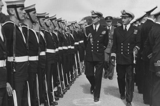 El duque de Edimburgo con marineros canadienses en 1953