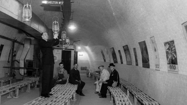 Thời Thế chiến 2 Anh Quốc dùng nhiều tuyến xe điện ngầm hoặc hỏa xa dưới ngầm để làm điểm sơ tán tránh bom