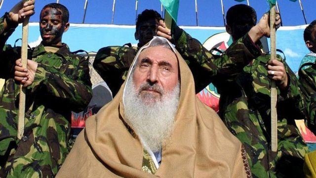 شیخ احمد یاسین، رهبر معنوی حماس در سال ۲۰۰۴ هنگام خروج از مسجدی در غزه هدف موشک اسرائیل قرار گرفت و کشته شد