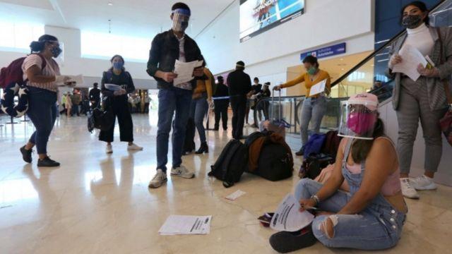 Turistas colombianos varados en Cancún