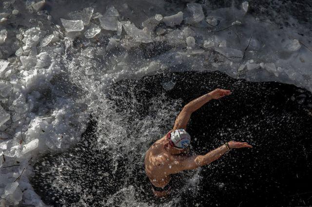 严寒并没能令北京的冬泳爱好者却步,依然有人在已部分结冰的河里畅游。