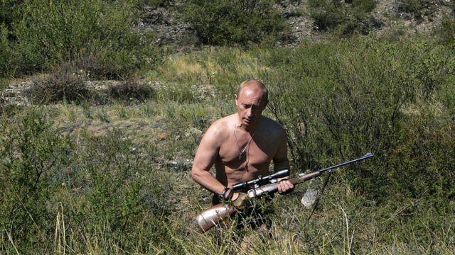 Putin akiwa kifua wazi, amebeba bunduki wakati anawinda