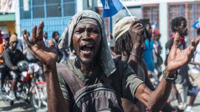 Hombre protestando en Puerto Príncipe, Haití, en febrero de 2021.