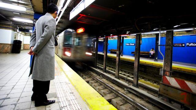 По данным транспортного управления города Нью-Йорка, в течение рабочего дня городская подземка обслуживает примерно 5,7 млн пассажиров