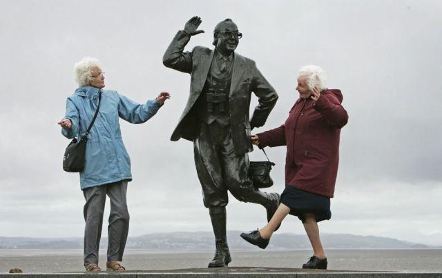 две пожилые британки у памятника Эрику Моркаму, 2006 г.