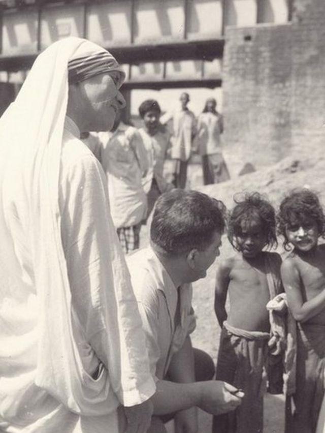 Foto de la Madre Teresa y su trabajo con los pobres, acompañada de representantes de la fundación ACN.