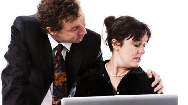 ऑफ़िस के किसी सहकर्मी का गले लगाना आपके लिए असहज हो सकता है