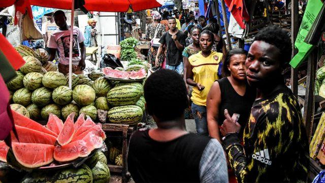 Les gens marchent sur un marché sans distanciation sociale le 15 avril 2020.