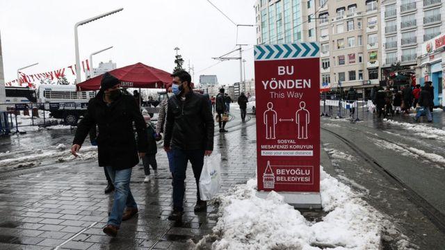 Kent merkezlerinde Covid önlemleri kapsamında kısıtlamalar sürüyor.