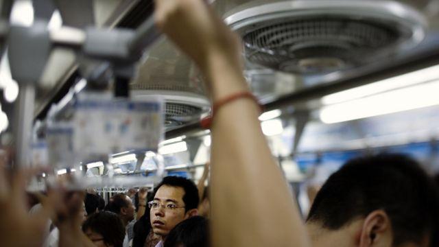 Personas en el metro en China