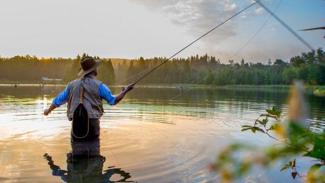 Hombre pescando en río